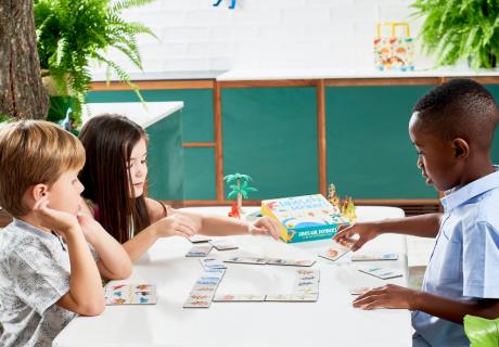 Denk dir zum Kindergeburtstag Geburtstagsspiele mit Dinos aus oder spiel fertige Spiele wie Dino-Domino - einfach aufs Bild klicken für unsere Dino-Spiele