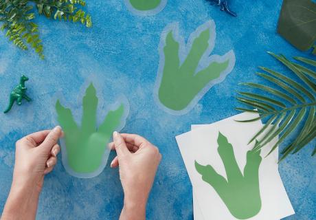 Auf den Spuren der Dinos mit Fußabdruck-Stickern für den Kindergeburtstag