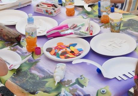 Auf der Dino-Party werden lustige Dinos aus Papptellern gebastelt