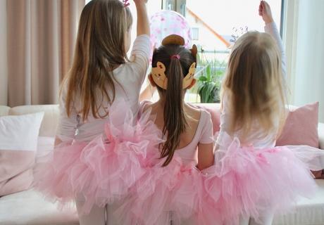 Die drei kleinen Ballerinnen im rosafarbenen Tutu feiern mit pinken Konfettiballons einen tollen Ballerina-Geburtstag. Foto: Fräulein Kuchenzauber