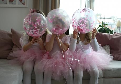 Ballerinen im rosa Tutu - natürlich passen die Konfettiballons in Rosa und Pink dazu. Foto: Fräulein Kuchenzauber