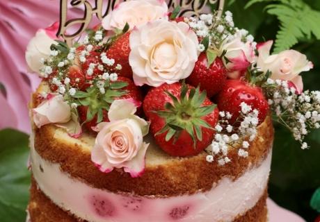 Der Erdbeer-Naked-Layer-Cake mit Yogurette macht sich toll auf dem Sommergeburtstag und jedem Erdbeer-Sweet-Table