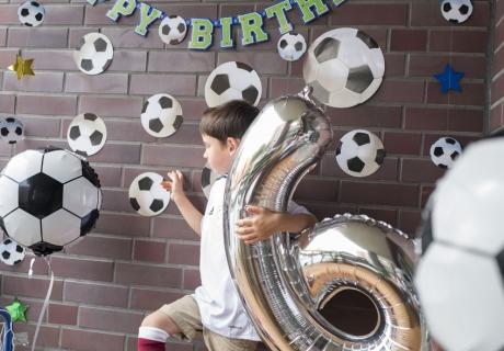 Mit Folienballon, Fußball, toller Deko und Tor ist der kleine Champion zum sechsten Geburtstag gut ausgerüstet © juliaweisshome
