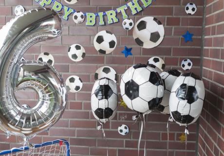 Fußball-Gastgeschenkboxen an Heliumballons für eure Mannschaft - denn heute gibt es nur Gewinner auf der Fußballparty © juliaweisshome