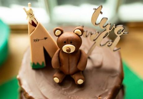 Tipi, Bär und Hold-Topper sind die perfekte Kuchen-Deko für den Waldtiere-Geburtstag  (c) annalotz.fotografie