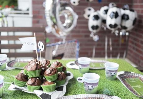 Mit grüner Tischdecke, mächtig viel Fußball-Deko und passenden Muffins besticht diese fußballstarke Geburtstagsdeko © juliaweisshome