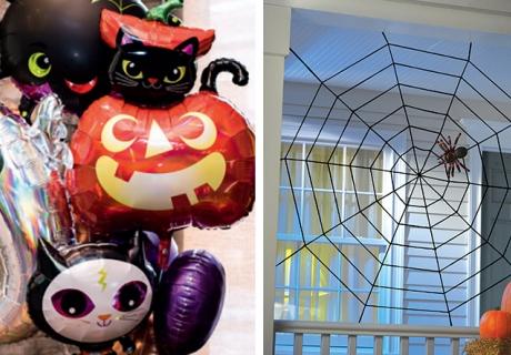 Halloween-Folienballons und Spinnennetze als spooky Deko für den Türbereich