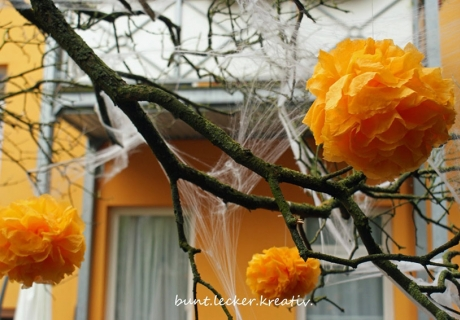 Bei trockenem Wetter ein wahrer Blickfang - Halloween-Pom-Poms in leuchtendem Orange (c) bunt.lecker.kreativ
