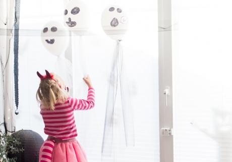Ganz einfach gemacht - DIY Ballon-Geister zu Halloween (c) delari.de