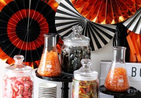 Metallisch schimmernde Elemente setzen die Süßigkeiten perfekt in Szene