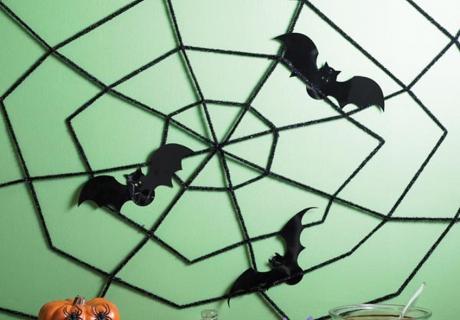 Selbstgemachtes Spinnennetz und Fledermäuse werden zu effektvollen Hinguckern