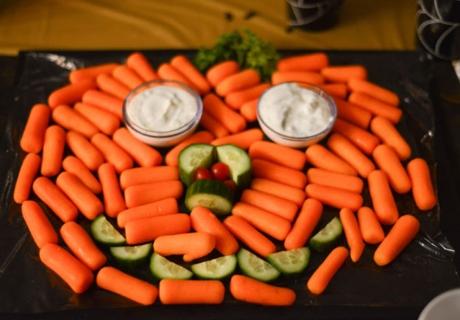 Gesunde Rezeptidee für den Halloween-Mitternachtssnack: Karotten-Gurken-Kürbisgesicht zum Dippen