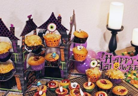 Herzhafter Halloween-Sweet Table mit schaurigen Kürbis-Muffins für kleine und große Spukgespenster