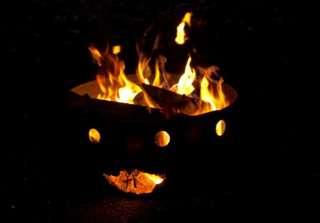 Mach ein Lagerfeuer im Garten und warmen Getränken