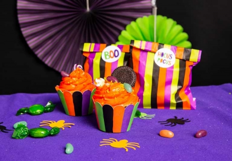 Die Cupcake-Wrapper und Mitgebseltüten kommen im passenden Look für die schrille Hexenfeier