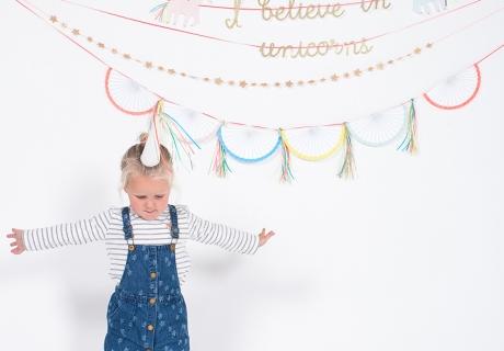 Mit tollen Girlanden und fantasievollen Details von Meri Meri holt ihr euch das Unicorn-Feeling auf eure Party (c) Meri Meri