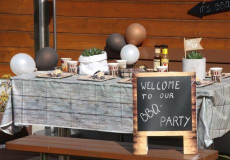Die BBQ-Deko-Serie mit ihrem BBQ-Partygeschirr bringt Sommerstimmung passend zum Motto auf den Tisch © Monefaktur