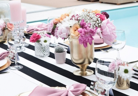 Kate Spade Deko - das ist Schwarz-Weiß mit bunten Blumen (c) voth_immobilien