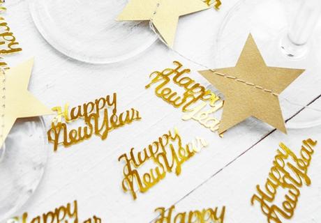 """Goldenes Schriftzug-Konfetti """"Happy New York"""" gibt deinem Silvestertisch ein stilgerechtes Finish"""