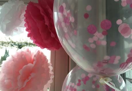 Die Pom Poms erinnern an Tutus und passen super zum Ballerina-Geburtstag - und Konfettiballons gehen immer. Foto: Fräulein Kuchenzauber