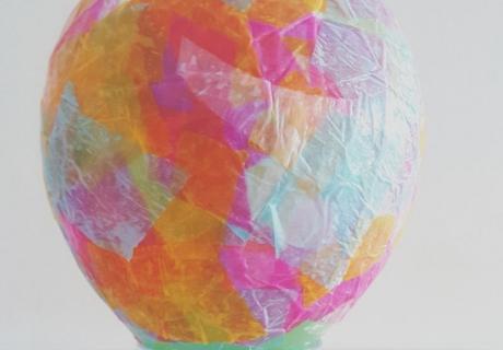 Die Vorfreude aufs Laternensingen steigt mit jedem Schritt, mit dem die Ballonlaterne fertiger wird (c) Karin Fischer