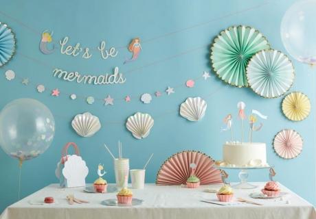 Erschaffe mit Deko von Meri Meri zum Meerjungfrauen-Kindergeburtstag eine passende Kulisse (c) Meri Meri