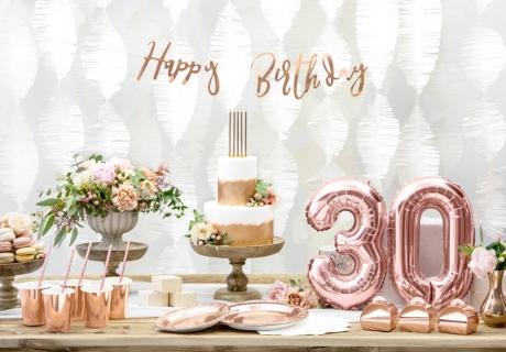 Auch bei eleganter Geburtstagsdeko setzen rosegoldene Zahlenballons tolle Akzente, z.B. zum 30. Geburtstag