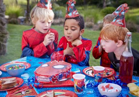Kümmer dich rechtzeitig um Deko und Co für die Kindergeburtstagsparty mit Motto