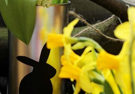 Blechdosen-Vasen mit Ostermotiven sind leicht selbstgemacht (c) Mareike Winter - Biskuitwerkstatt