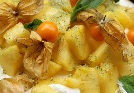 Frühlingsfrische Pavlova mit Ananas und Minzzucker