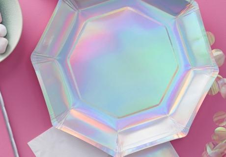 Schimmert in allen Farben des Regenbogens: der außergewöhnliche Pappteller