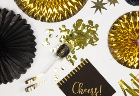 Deko für Silvester - Schwarz und schillerndes Gold bringen dein Silvesterdinner zum Glänzen
