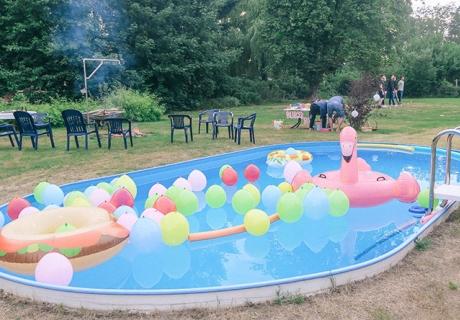 Mach den Pool fertig für die Sommerparty oder den Geburtstag mit Schwimmtieren und bunten Ballons (c) ich_bins_isi