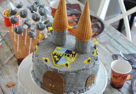 Tolle Torte für den Kindergeburtstag mit Rittermotto (c) Mareike Winter - Biskuitwerkstatt