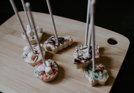 Trinkschokoladensticks selbstgemacht für Weihnachten (c) Kelly Sikkema on Unsplash