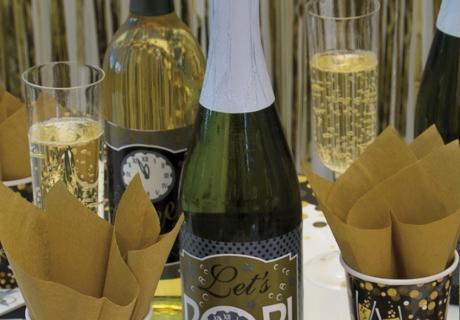 Die tollen Spruchetiketten könnt ihr ganz einfach an eure Flaschen anbringen