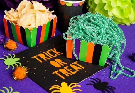 Hexenmahl in farbenfrohen Snackboxen - so startest du eine völlig irre Deko-Offensive zu Halloween