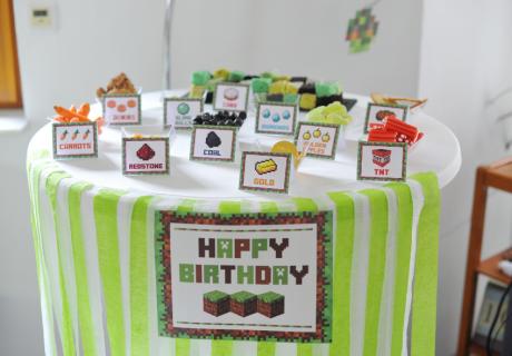 Genial kreativ und schnell gemachter Geburtstags-Sweet-Table, der an ein beliebtes Videospiel erinnert
