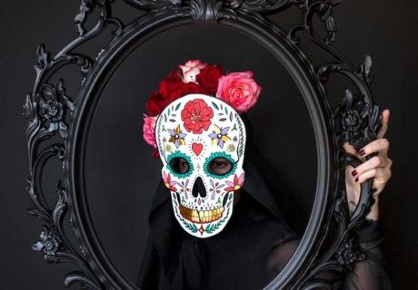 Halloweenverkleidung als Calavera - ein fröhlicher Totenkopf mit bunten Mustern