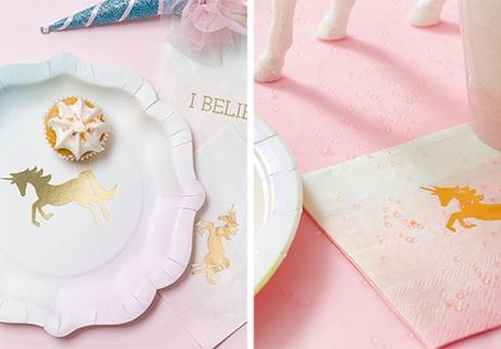 Die sanften Teller und Servietten zeigen ein romantisch goldenes Einhorn-Motiv