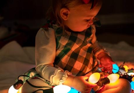 Lichterketten kannst du mit kleinem Bastelaufwand NOCH weihnachtlicher machen(c) Jeremiah Lawrence on Unsplash