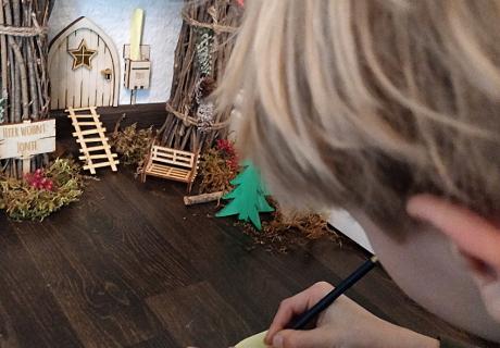 Die Kids und der Wichtel unterhalten sich über Briefe und Aktionen