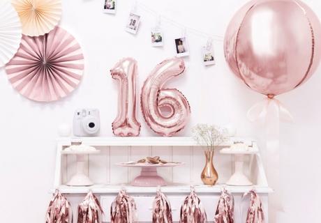 Die Zahl 16 steht auf dem Sweet 16 im Vordergrund - zeig es mit Deko